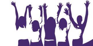 Mujeres con los brazos arriba