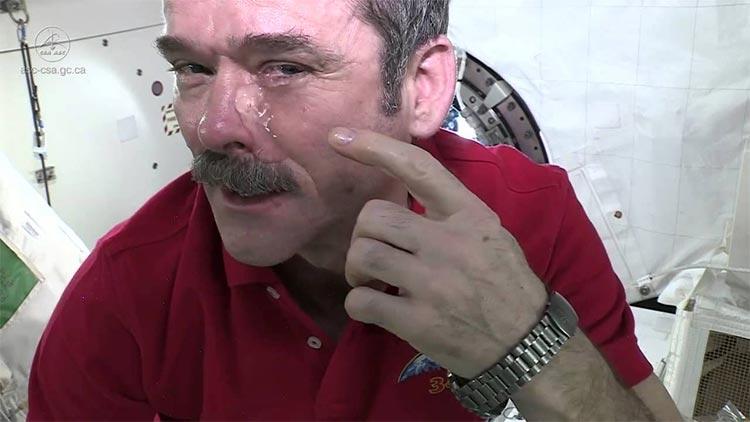 Chris Hadfield llora en el espacio