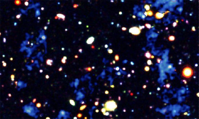 Filamentos de gas (azul) que alimentan la formación de galaxias y agujeros negros supermasivos