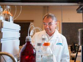 Profesor Carlito Lebrilla, Departamento de Química de UC Davis, en su laboratorio