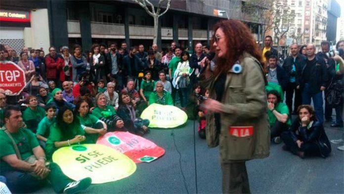 Cristina Fallarás en plena manifestación con la PAH