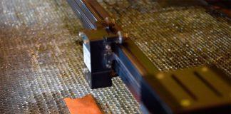 Un láser se prepara para texturizar la superficie del cobre, mejorando sus propiedades antimicrobianas. Crédito: Universidad de Purdue / Kayla Wiles.