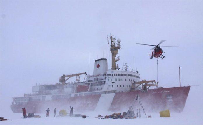 Los miembros de la tripulación despliegan equipos en el hielo desde un rompehielos canadiense, CCGS Louis S. St. Laurent, en el Océano Ártico.