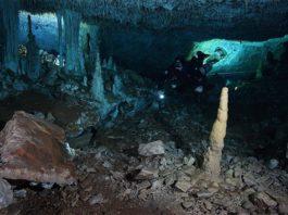 """Un buzo en el pasaje """"La Mina Roja"""" del sistema de cuevas submarinas Sagitario cerca de Playa del Carmen en la península de Yucatán en México"""
