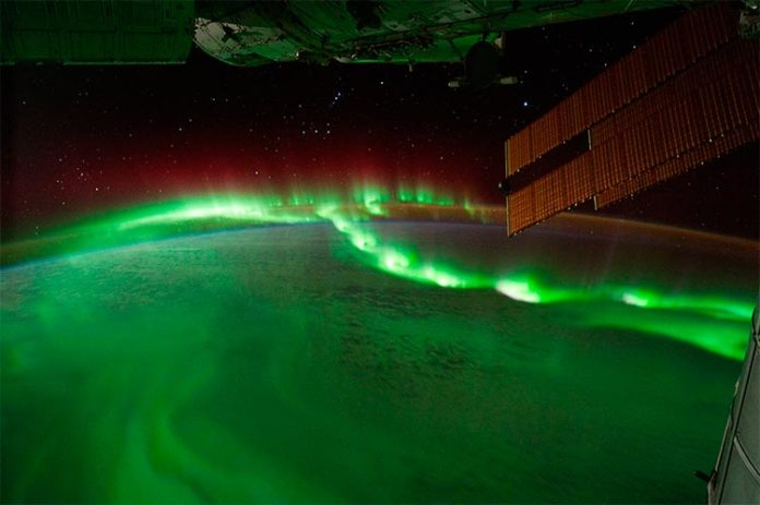 Cuentas de auroras vistas desde la Estación Espacial Internacional, 17 de septiembre de 2011 (ID de fotograma: ISS029-E-6012). Crédito: NASA