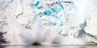 Hielo de Groenlandia desprendiéndose al mar