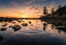 Lago de agua dulce al anochecer