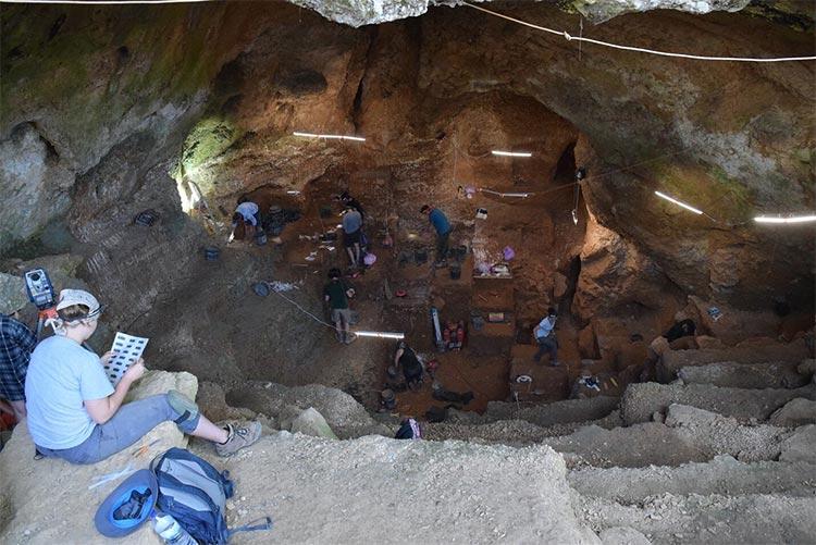 Vista de Lapa do Picareiro desde la entrada, en busca de restos de seres humanos modernos. Crédito: Jonathan Haws