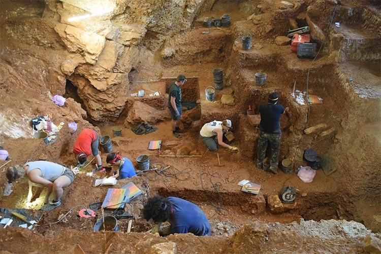 Vista de la excavación de las capas temprana de los humanos modernos (primer plano) y neandertal (fondo) de Lapa do Picareiro. Crédito: Jonathan Haws.