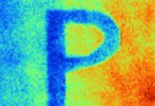 Esta imagen infrarroja muestra que el patrón P pintado con la pintura de enfriamiento radiativo Purdue es mucho más frío que el fondo pintado con pintura comercial