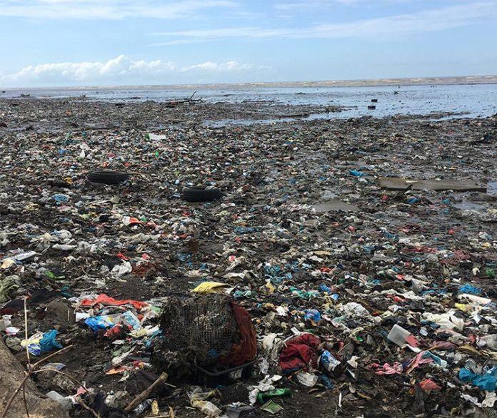 Playa de Panamá llena de contaminación plástica