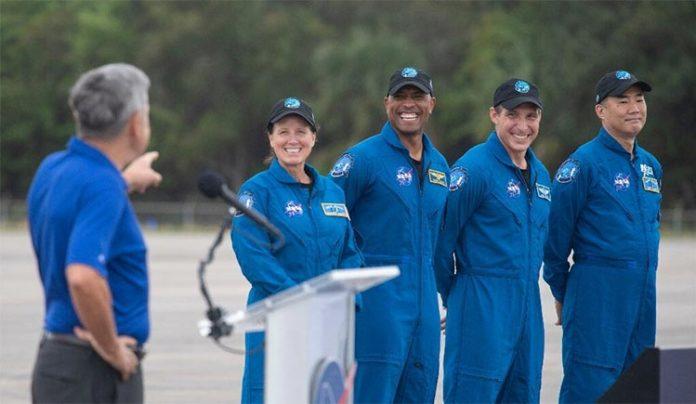 Los astronautas de la NASA Shannon Walker, Victor Glover y Mike Hopkins, y el astronauta japonés Soichi Noguchi