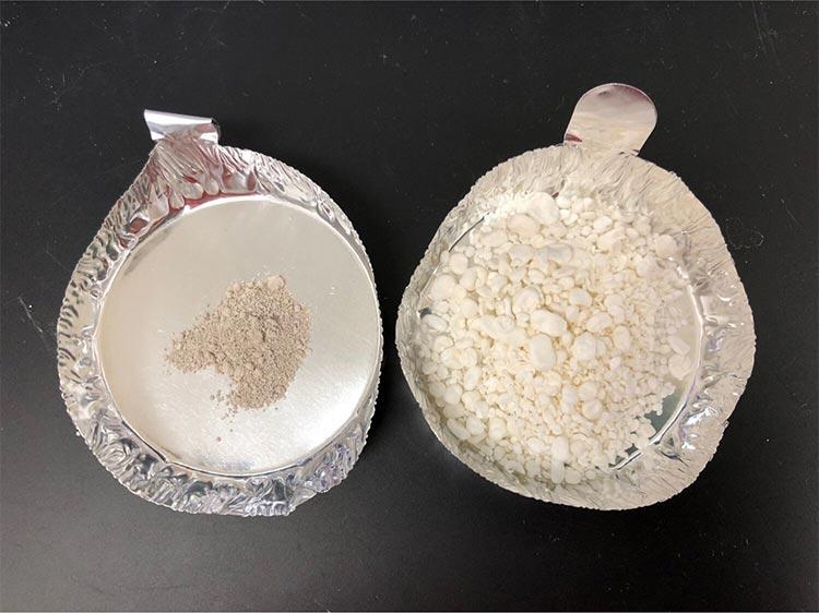 Comparativa entre las conchas de mejillón secas y molidas (izq.) con el material blando de calcita (der)