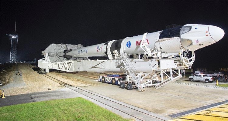 Un cohete SpaceX Falcon 9 con la cápsula Crew Dragon en el Centro Espacial Kennedy