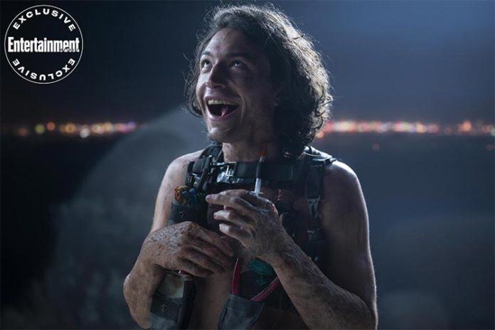Ezra Miller como El Hombre Basura en la serie The Stand