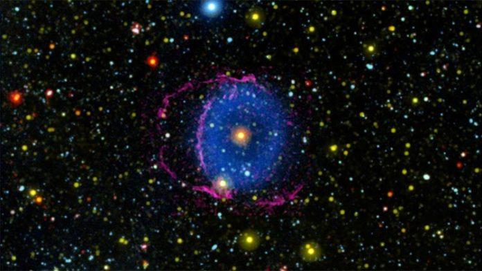 Investigación sobre la misteriosa Nebulosa del Anillo Azul, compuesta por gas hidrógeno en expansión (azul) que se expande desde una estrella central, que es el núcleo remanente de una fusión estelar