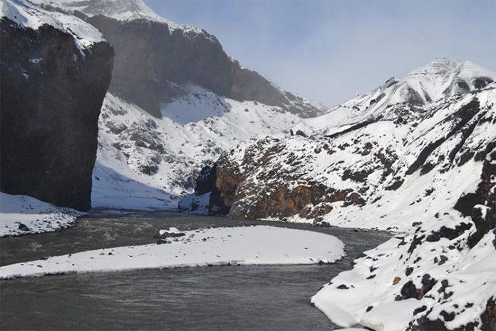 Corriente de agua de deshielo primaria que emana del glaciar Kötlujökull, Islandia, donde se estudia la vida basada en el hidrógeno