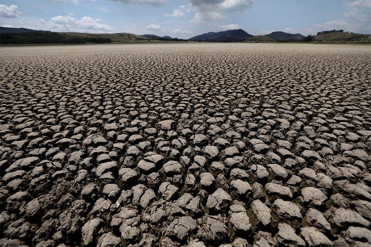 En esta fotografía de archivo del 17 de febrero de 2021, el lecho de la laguna de Suesca se encuentra seco y agrietado, en Suesca, Colombia, después de años de muy poca lluvia