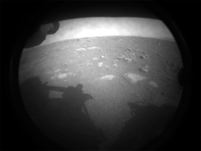 Primera imagen de Marte enviada por Perseverance justo después de aterrizar
