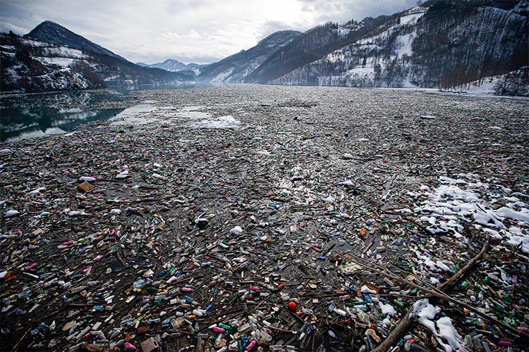 En esta fotografía de archivo del 22 de enero de 2021, botellas de plástico y otros desechos flotantes llenan el lago Potpecko cerca de Priboj, en el suroeste de Serbia