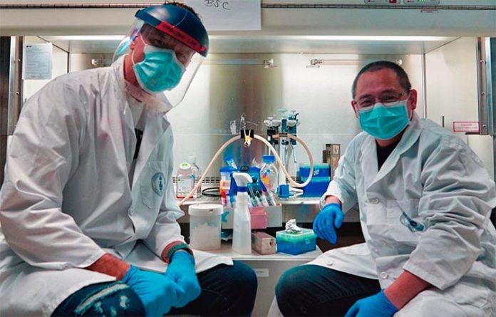 Los coinventores del medidor de Anticuerpos COVID-19, Igor Stagljar, investigador del Centro Donnelly y profesor de la U of T, y Zhong Yao, investigador asociado principal del Centro Donnelly