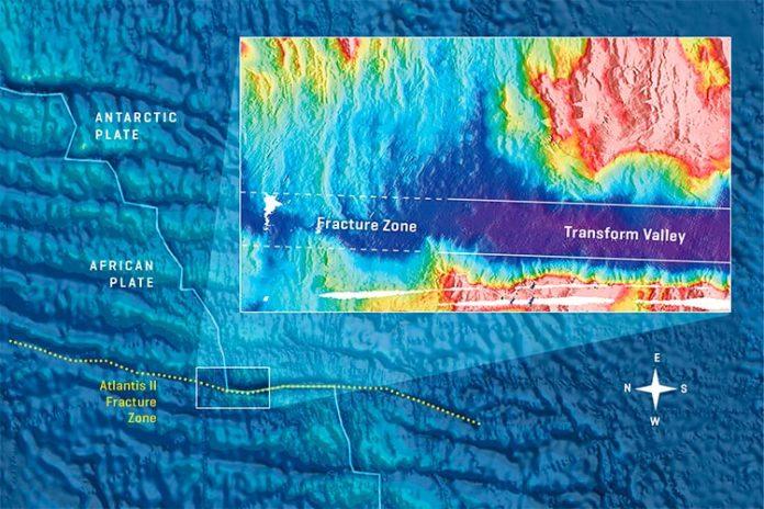 La zona de fractura de Atlantis II en el suroeste del Océano Índico con un zoom en la esquina norte. La mayor profundidad del agua en el valle de transformación es claramente visible. A medida que las placas se mueven, el magmatismo en las esquinas rellena los valles de transformación profunda de modo que las zonas de fractura adyacentes son menos profundas y configuran el fondo oceánico