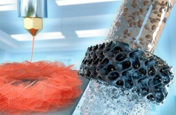 A la izquierda, una impresora 3D imprime la hoja de aerogel de grafeno de forma hexagonal. A la derecha, el aerogel (ahora negro) filtra el agua contaminada
