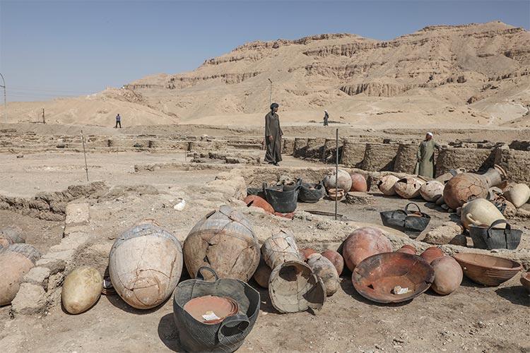 Restos arqueológicos de utensilios de la vida diaria en esta ciudad del antiguo Egipto