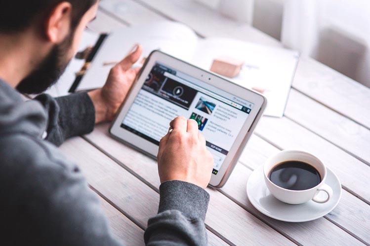 Consulta un blog de tecnología