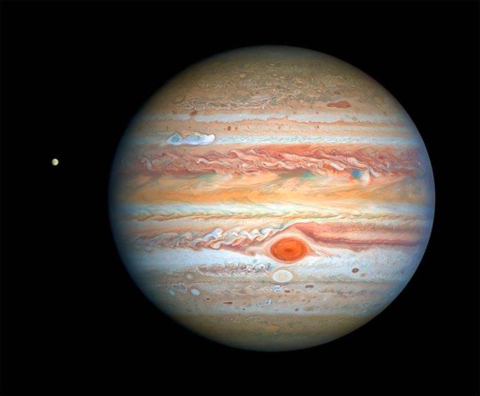Júpiter y Europa, fotografía tomada por el Telescopio Espacial Hubble de la NASA y la ESA