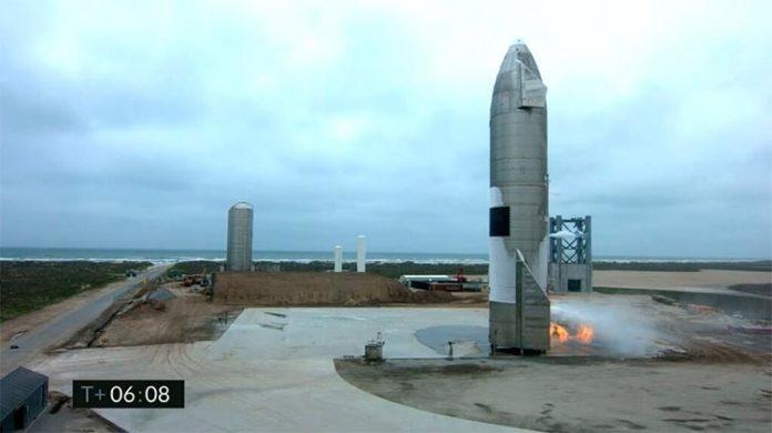 En esta captura de pantalla fotográfica realizada a partir de la transmisión en vivo de SpaceX, se muestra el Starship SN15 después de aterrizar en Boca Chica
