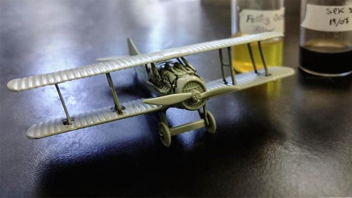 Modelo de avión ensamblado con adhesivo con base de seda
