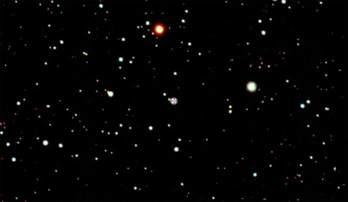 La estrella SMSS J200322.54-114203.3. (en el centro, con punto de mira) en la esquina sureste de la constelación del Águila, cerca de la frontera con Capricornio y Sagitario, cuya destrucción originó el fenómeno de hipernova magneto-rotacional