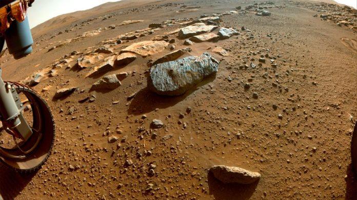 Los dos agujeros son visibles en la roca de Marte, apodada